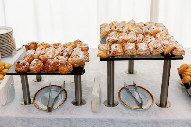 Bolos variados na mesa. catering para eventos.