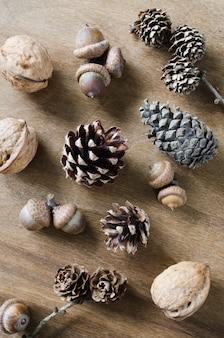 Bolota, noz e cone na tabela de madeira.