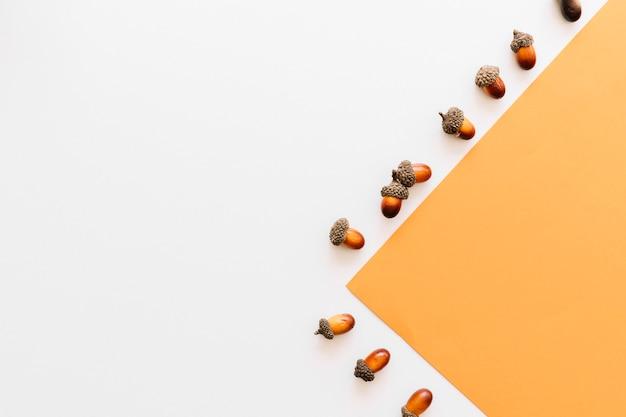 Bolotas, projetado, de, laranja, folha papel, borda, frame, pista, branco, superfície