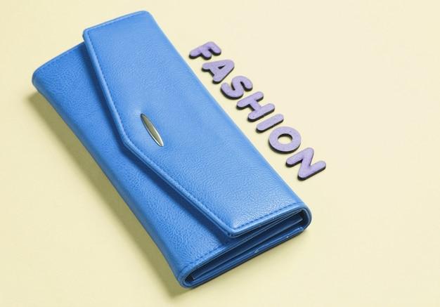 Bolsa azul em amarelo com moda de texto com letras.