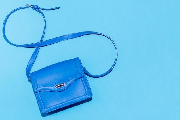 Bolsa azul em um fundo azul colorido
