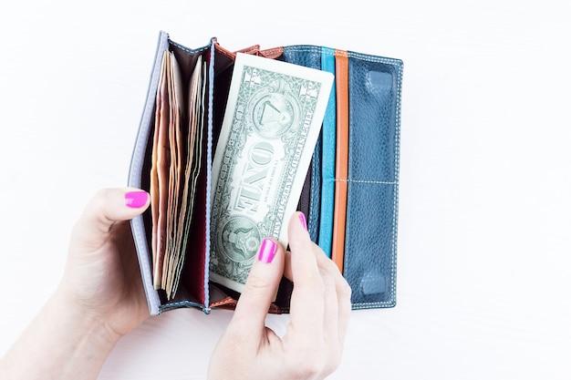 Bolsa com dinheiro nas mãos