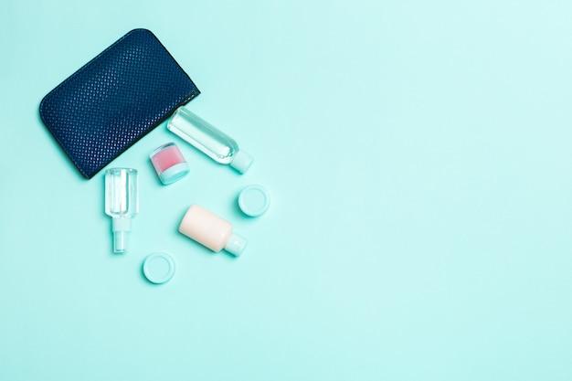 Bolsa cosmética mulher com conjunto de produtos de beleza