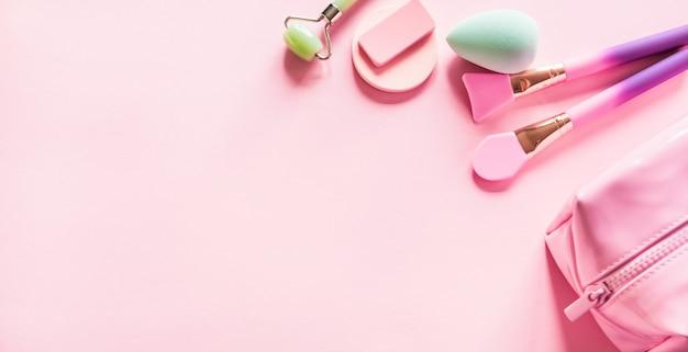 Bolsa cosmética rosa e produtos de beleza.