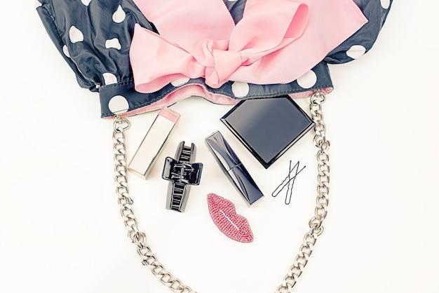 Bolsa das mulheres de cartaz com cosméticos decorativos.