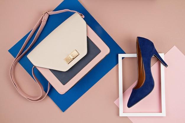 Bolsa de acessórios de mulher elegante e sapatos de salto alto.