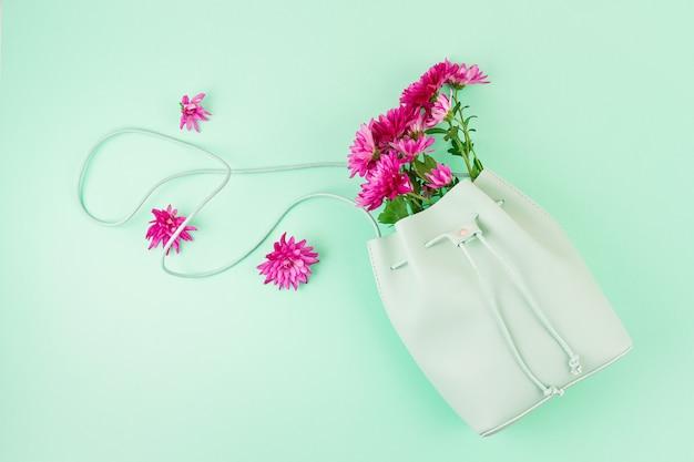 Bolsa de belas garotas com flores. moda urbana feminina, compras, ideias gfit, estilo primavera e verão