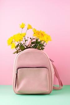 Bolsa de belas garotas com flores.