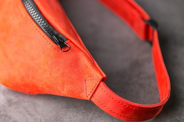 Bolsa de cintura de couro vermelho em cinza handmade