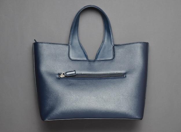 Bolsa de couro elegante em um fundo de papel cinza. vista do topo.