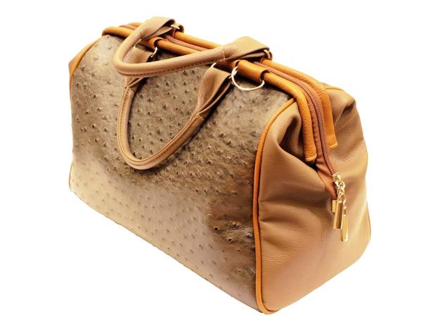 Bolsa de couro feminino isolada no fundo branco.