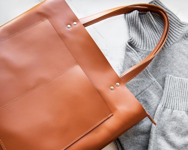 Bolsa de couro marrom para mulher