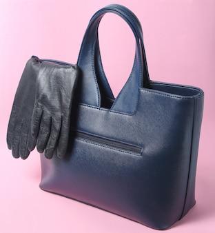 Bolsa de couro na moda, luvas em rosa, acessórios femininos de outono