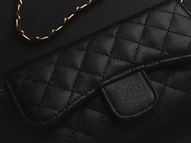 Bolsa de couro preta com corrente dourada