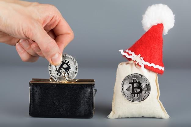 Bolsa de couro preto e sacos de bitcoins. fechar-se