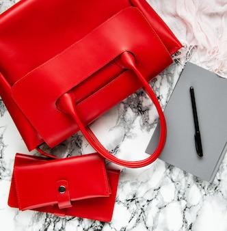 Bolsa de couro vermelha e acessórios