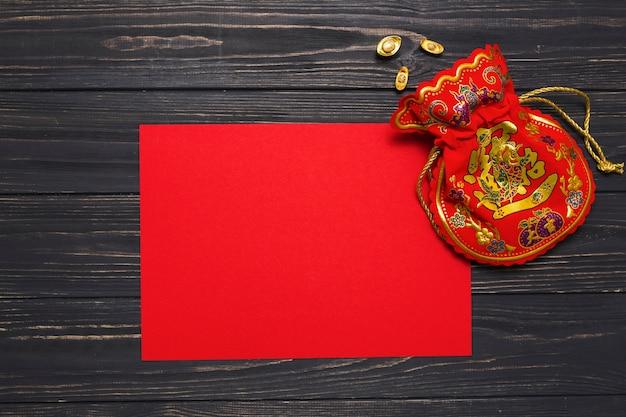 Bolsa de dinheiro perto do papel vermelho