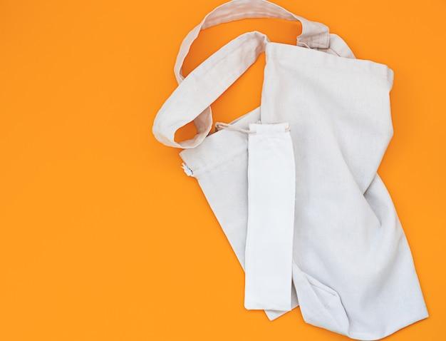 Bolsa de lona ou linho e pequenos sacos ecológicos com cordão
