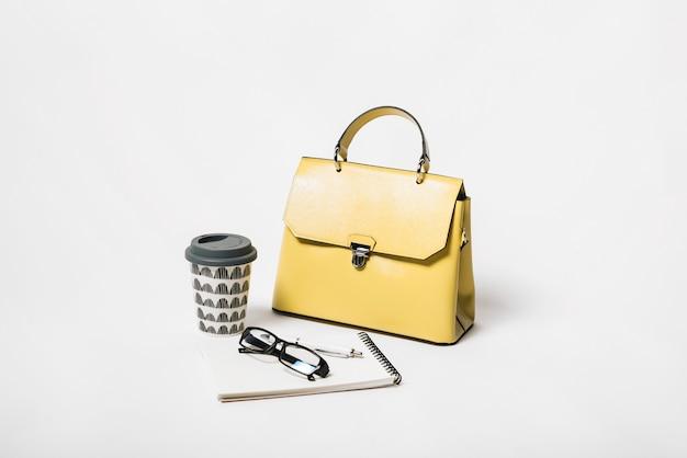 Bolsa de mão e composição de café