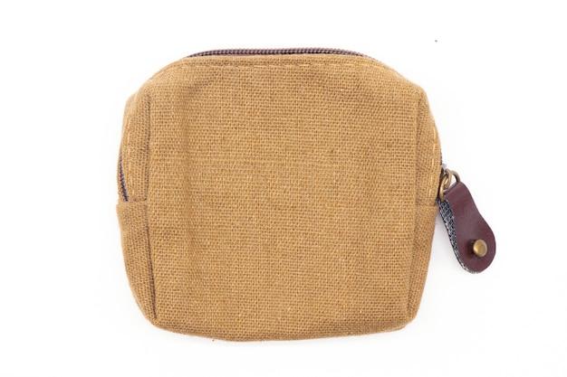 Bolsa de moedas de tecido marrom isolada no branco.