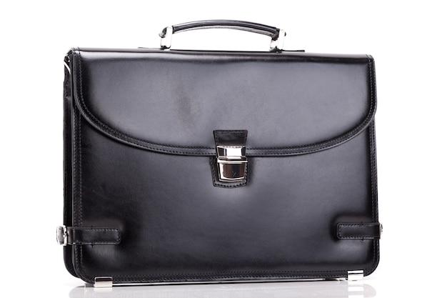 Bolsa de negócios masculina clássica de perto na superfície branca