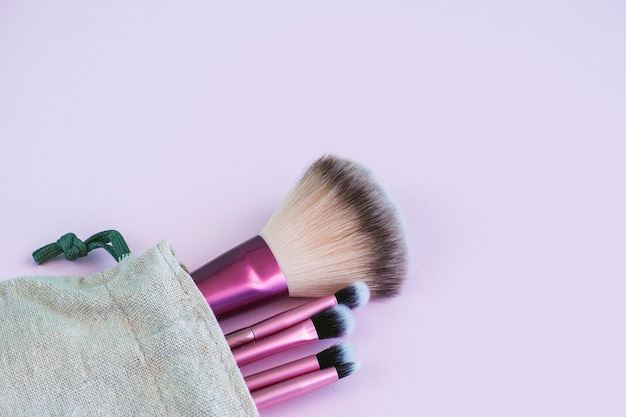 Bolsa de pano com pincéis de maquiagem