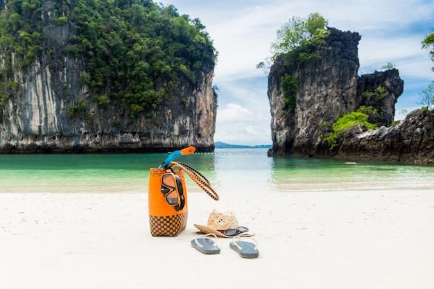Bolsa de praia com acessórios de viagem nas férias de verão.