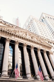 Bolsa de valores de nova york e edifícios de wall street