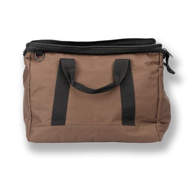Bolsa de viagem aberta em tecido marrom com alças isoladas no fundo branco