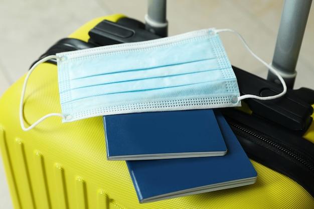 Bolsa de viagem com passaporte e máscara médica