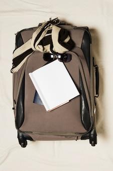 Bolsa de viagem e notebook de vista superior