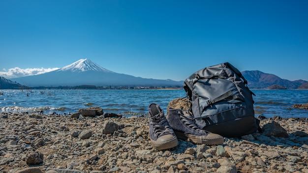 Bolsa de viagem e sapatos com fundo de fuji mountain view