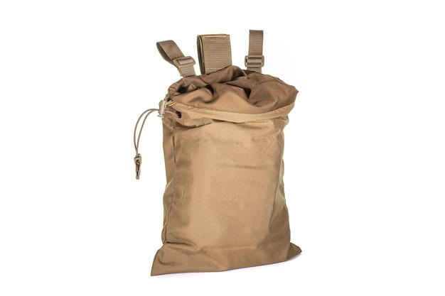 Bolsa de viagem padrão do exército em uma superfície branca