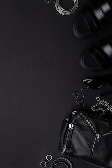 Bolsa de vista superior plana leiga com acessórios e calçados em preto
