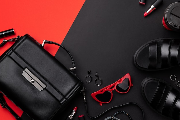 Bolsa de vista superior plana leiga com acessórios e calçados em vermelho e preto duplos