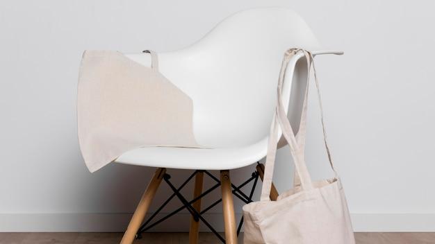 Bolsa e cadeira de tecido