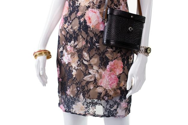 Bolsa e relógio no manequim. manequim feminino com acessórios de luxo. pulseiras de ouro e bolsa de couro. acessórios de pulso feminino à venda.