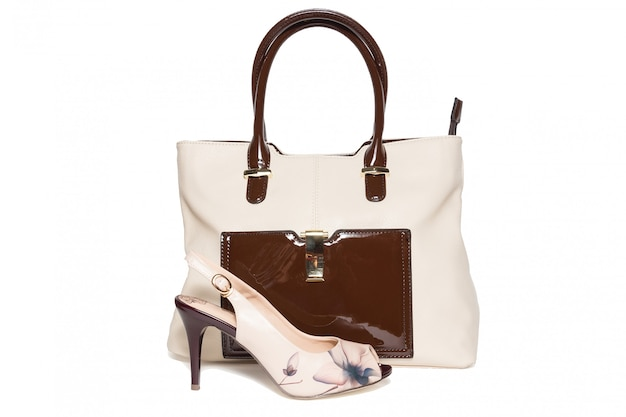 Bolsa e sapatos de cor bege