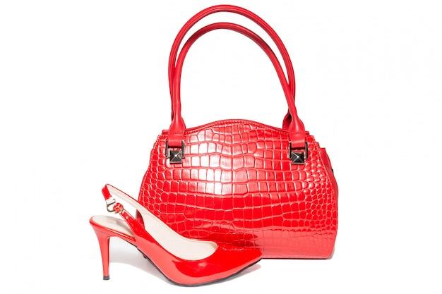 Bolsa e sapatos de cor vermelha