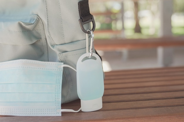 Bolsa escolar do aluno com clipe de desinfetante para as mãos, reabertura da escola