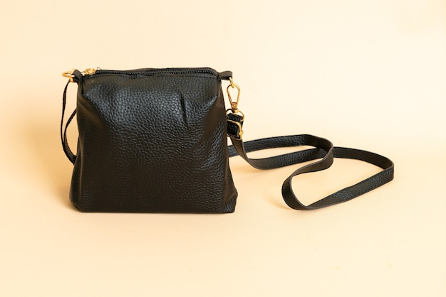 Bolsa fashion de couro preto com fundo branco