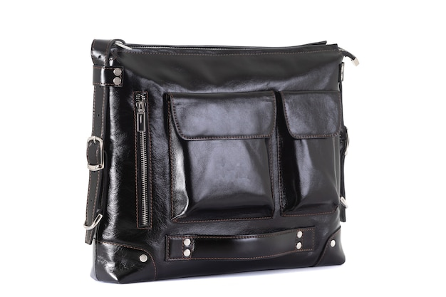 Bolsa feita de couro genuíno em uma superfície branca