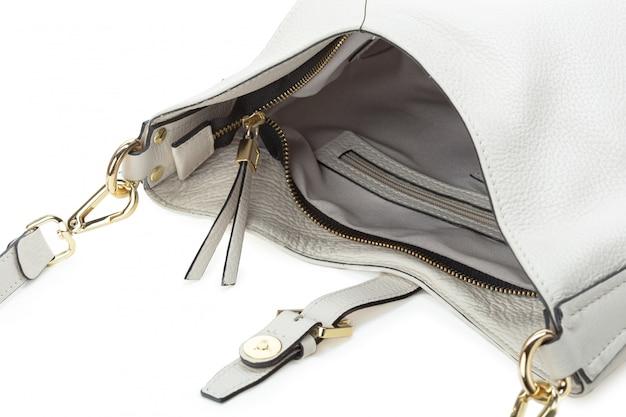 Bolsa feminina de couro branco isolada sobre o branco