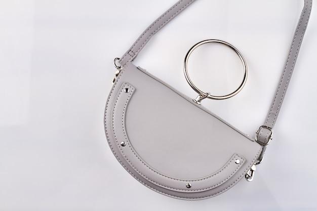 Bolsa feminina de couro branco.