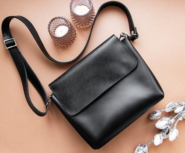 Bolsa feminina de couro preta. acessórios de moda feminina em couro. camada plana, vista superior. conceito de moda outono na cor preta