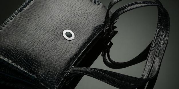 Bolsa feminina de estilista preta com fundo escuro