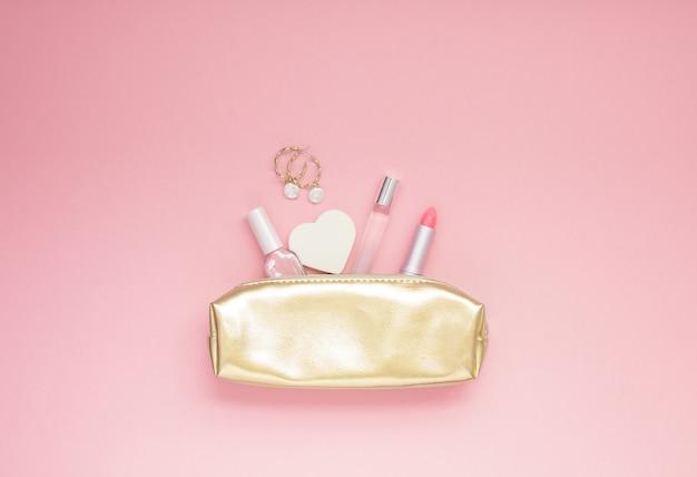 Bolsa feminina dourada com cosméticos