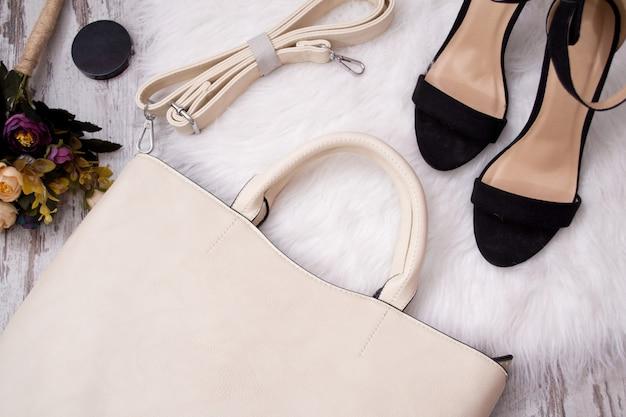 Bolsa leve, sapatos pretos e flores