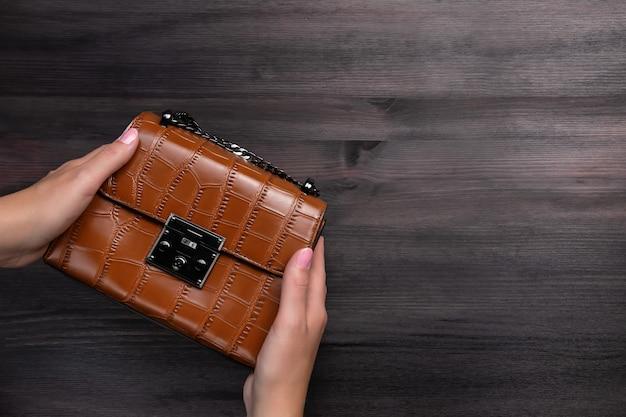 Bolsa ou bolsa feminina de couro de crocodilo na corrente, close-up
