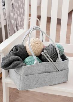 Bolsa para mães com brinquedo, fraldas e acessórios em branco
